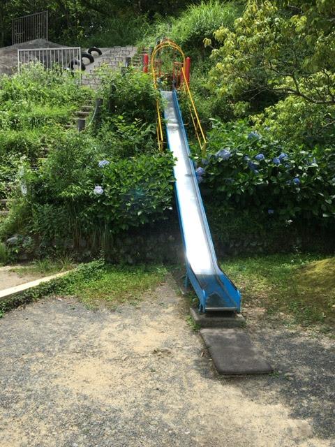 教訓!夏場の公園滑り台は長ズボンで挑め