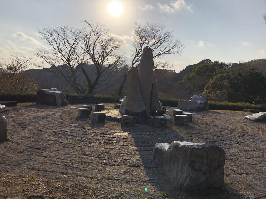 蓮華寺池公園の山の上に石の宇宙系古代遺跡?