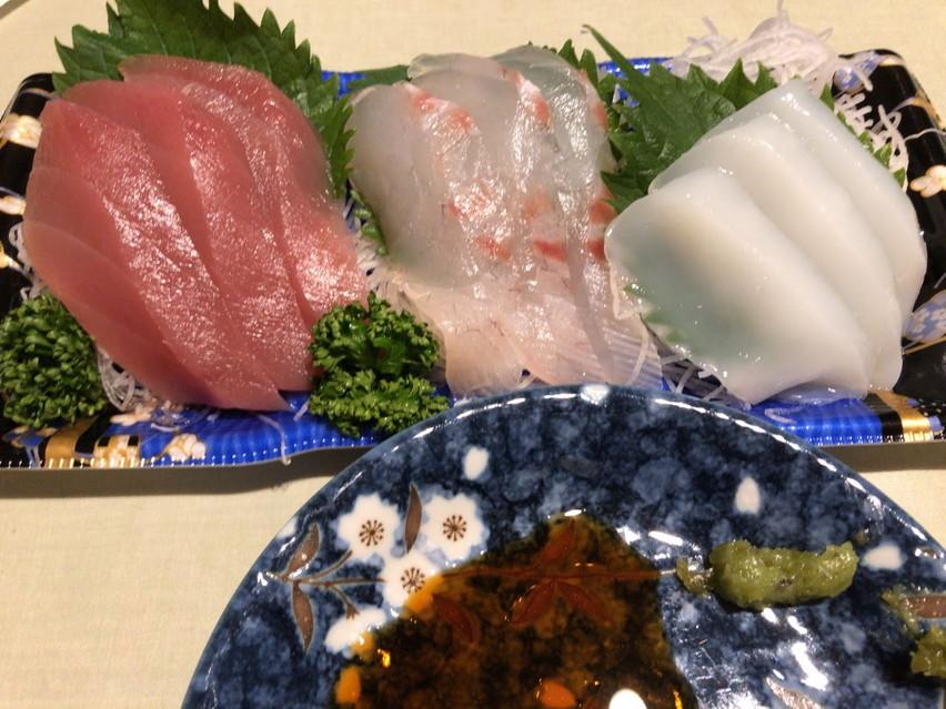 食鮮館タイヨー小土店で刺身を買う。焼津のスーパーではクジラの刺身がある