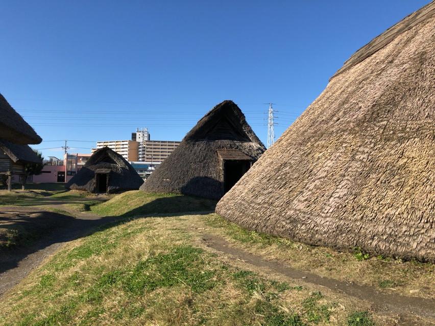静岡県の登呂遺跡で原始人の火起こし体験