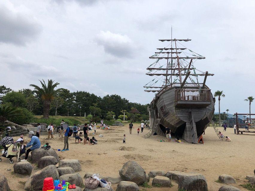 砂浜に難破船の遊具がある広野海岸公園 子供と遊ぶおすすめ公園